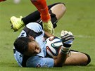 DRŽÍ KOSTARIKU. Gólman Keilor Navas chytá míč pod nohama nizozemského útočníka