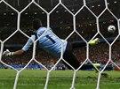 SUVER�NN�. Nizozemec Robben prom��uje penaltu proti kostarick�mu brank��i