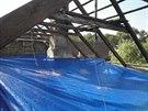 Špatně umístěné zakrývací plachty, které nemají dostatečnou podporu a sklon.