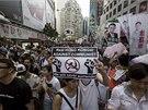 Desetitis�ce obyvatel Hong Kongu vy�ly do ulic a demonstruj� za demokracii a