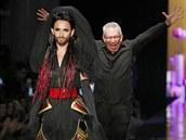Zp�va�ka Conchita Wurst a n�vrh�� Jean Paul Gaultier na jeho p�ehl�dce Haute...