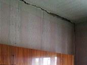Velká prasklina v pracovně domku manželů Janečkových. Stěna byla v minulosti...