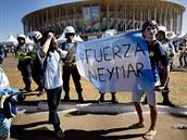 Argentinští fanoušci před stadionem v Brasílii těsně před výkopem čtvrtfinále...