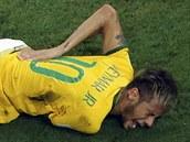 ZRANĚNÁ HVĚZDA. Brazilský útočník Neymar se drží za záda, do nichž před pár...