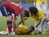 CO TI JE? Ke zraněnému Neymarovi se naklání jak parťák Marcelo, tak i...