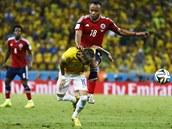 TVRDÝ ZÁKROK. Kolumbijský obránce Juan Camilo Zúňiga naskočil do Neymara a...