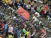 DAVOVÉ ŠÍLENSTVÍ. Diváci v Yorkshiru povzbuzují cyklisty během druhé etapy Tour