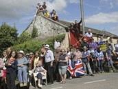 I NA KOMÍNĚ. Diváci v Yorkshiru čekají na cyklisty během druhé etapy Tour de