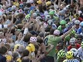 MINIMUM MÍSTA. Diváci v Yorkshiru tísní cyklisty během druhé etapy Tour de