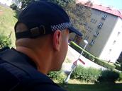 Strážníci zasahují v bytě v Hradci Králové, kde nechali rodiče děti na balkóně...