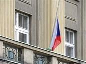 Na budově Generálního štábu Armády ČR v Praze byla 8. července kvůli smrti čtyř...