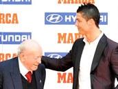 Rok 2012: Alfredo di Stéfano předává cenu pro nejlepšího fotbalistu španělské...