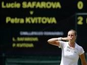 POLIBEK DIVÁKŮM. Petra Kvitová zdraví publikum po postupu do finále Wimbledonu.