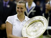 TRIUMFÁLNÍ ÚSMĚV. Petra Kvitová hrdě drží trofej pro vítězku Wimbledonu.