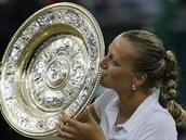 VÍTĚZNÝ POLIBEK. Petra Kvitová hrdě líbá trofej pro vítězku Wimbledonu.