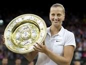 HRDOST. Petra Kvitová hrdě pózuje s trofejí pro vítězku Wimbledonu.