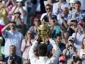 KR�L NOVAK. Srbsk� tenista Novak Djokovi� podruh� v kari��e slav� titul ve