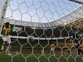 TREFA KAPITÁNA. Thiago Silva (vlevo) posílá Brazílii do vedení nad Kolumbií.