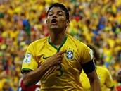 TENHLE T�M VEDE. Brazilsk� kapit�n Thiago Silva oslavuje sv�j g�l proti