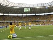 D�KY BOHU ZA TEN G�L! Brazilec Thiago Silva po sv� tref� do kolumbijsk� s�t�.