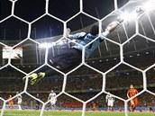 DOBRÝ ZÁKROK. Kostarický brankář Keilor Navas vyráží střelu Nizozemce Sneijdera.