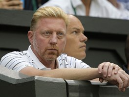 Bývalý wimbeldonský šampion Boris Becker sleduje svého svěřence Novaka...