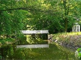 Cestičky, mostky a tajemná zákoutí parku v Krásném Dvoře přímo vyzývají k