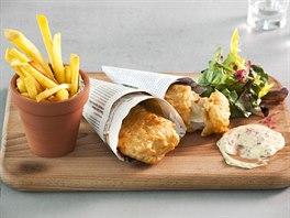Fish and chips s hranolkami a dom�c� majon�zou, podle britsk�ho zvyku zabalen� do novin.