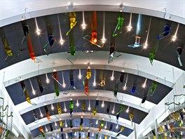 Unik�tn� lustry v pas�i Prague City Center navrhl Ren� Roub��ek v roce 1996.