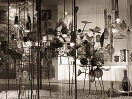 �Sklo � um�n� dne�ka�, rozm�rn� abstraktn� kompozice ze skla a kovu na Celost�tn� v�stav� k 15. v�ro�� osvobozen� �eskoslovenska, Praha, 1960 (varianta abstraktn� kompozice ze skla a kovu, kter� byla vystavena v �s. pavilonu na Sv�tov� v�stav� Expo '58 v Bruselu)