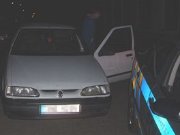 Opilý řidič se v Lázních Bělohrad pokusil ujet policejní hlídce. (1. 7. 2014)