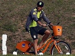 Brazilský záložník Neymar se projíždí na kole v tréninkovém centru...