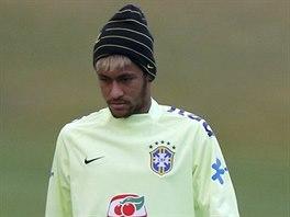 Brazilský záložník Neymar (vpravo) s obvázaným pravým kolenem během přípravy na...