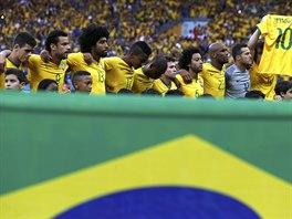Brazilský kapitán David Luiz při nástupu k semifinále MS proti Německu drží...