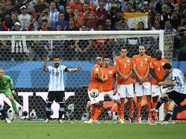 Argentinský útočník Lionel Messi střílí z přímého kopu podél zdi na bránu...