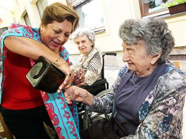 ŠŤASTNÁ MEXIČANKA. Učitelka hudby Edna Gomez Ruizová při setkání v Lidicích s...