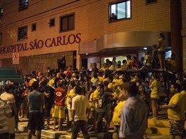 FANOUŠCI PŘED NEMOCNICÍ. Zatímco Neymar podstupoval lékařská vyšetření, před...
