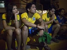RADOST VYSTŘÍDAL SMUTEK. Brazilští fanoušci čekají před nemocnicí ve Fortaleze,...