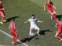 Švýcarští fotbalisté pečlivě brání argentinského kapitána Lionela Messiho.