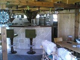 """""""Bar"""" uvnitř pergoly je vybavený vším potřebným, aby se zde hosté cítili"""
