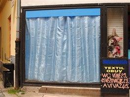 Obchod s textilem v �umperku patrn� s�z� na zv�davost lid� a rozhodl se, �e...