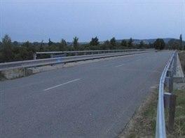 Jeden ze silničních mostů na Olomoucku, který zloději kovů doslova očesali...