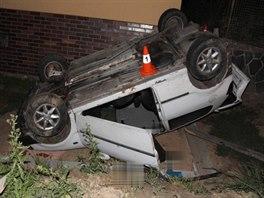 Silně opilá řidička nezvládla řízení a po kolizi s betonovou hranou mostku...