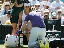 V PÉČI LÉKAŘKY. Simona Halepová si nechala během semifinále ošetřovat kotník.