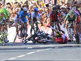 TĚŽKÝ PÁD VE SPURTU. Těsně před cílem první etapy Tour de France postihl...
