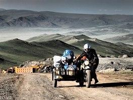 Pavel Suchý objel na staré jawě za osm měsíců svět. Snímek z Mongolska