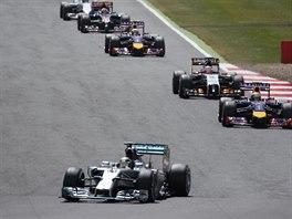 Závodní pole se prohání po okruhu Silverstone ve Velké ceně Británie.