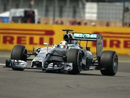 Britský pilot Lewis Hamilton projíždí tratí Velké ceny Británie na okruhu...