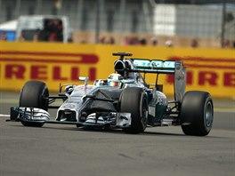 Britsk� pilot Lewis Hamilton proj�d� trat� Velk� ceny Brit�nie na okruhu...