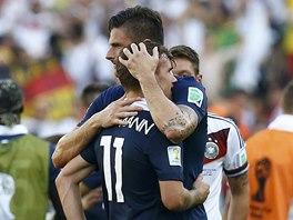 SLZY. Antoina Griezmanna po vy�azen� ut�oval Olivier Giroud.